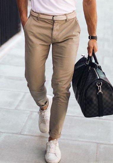 chino beige tenue élégante pour homme