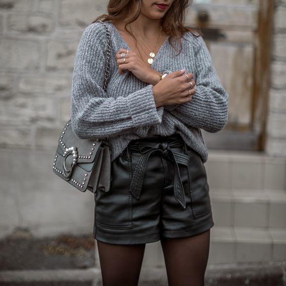 femme-tenue-short-similicuir-et-pull-gris