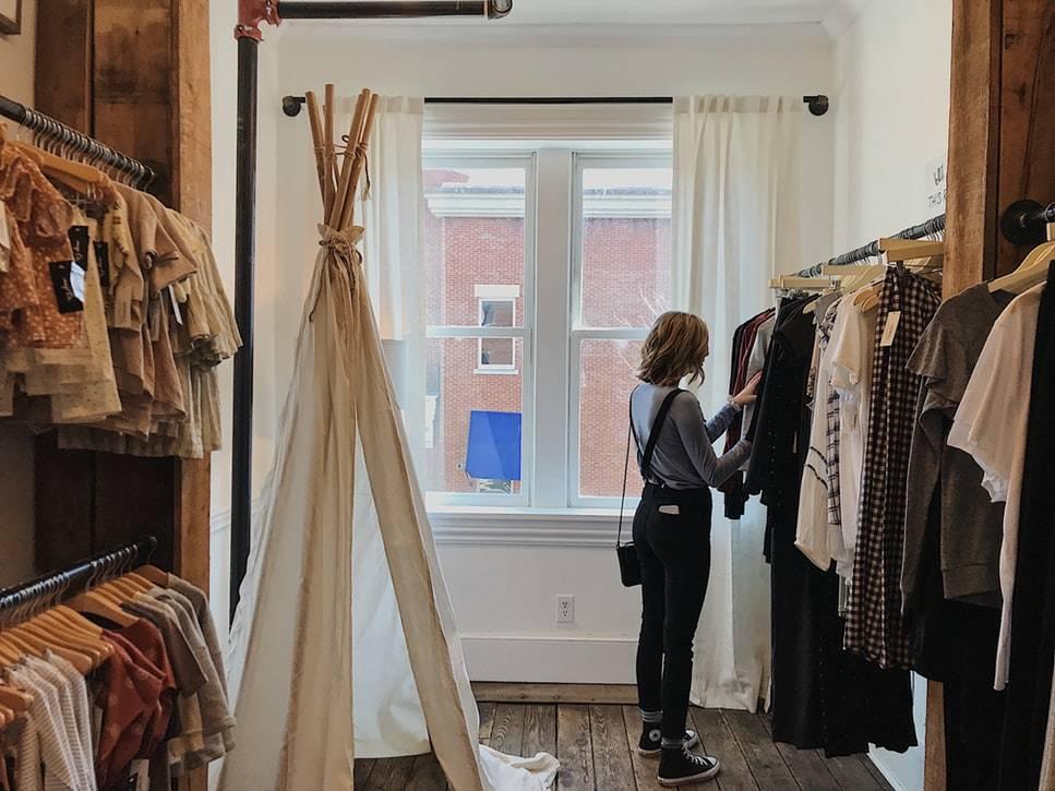 femme-magasin-vetement