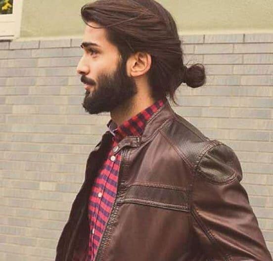coiffure cheveux long homme chignon